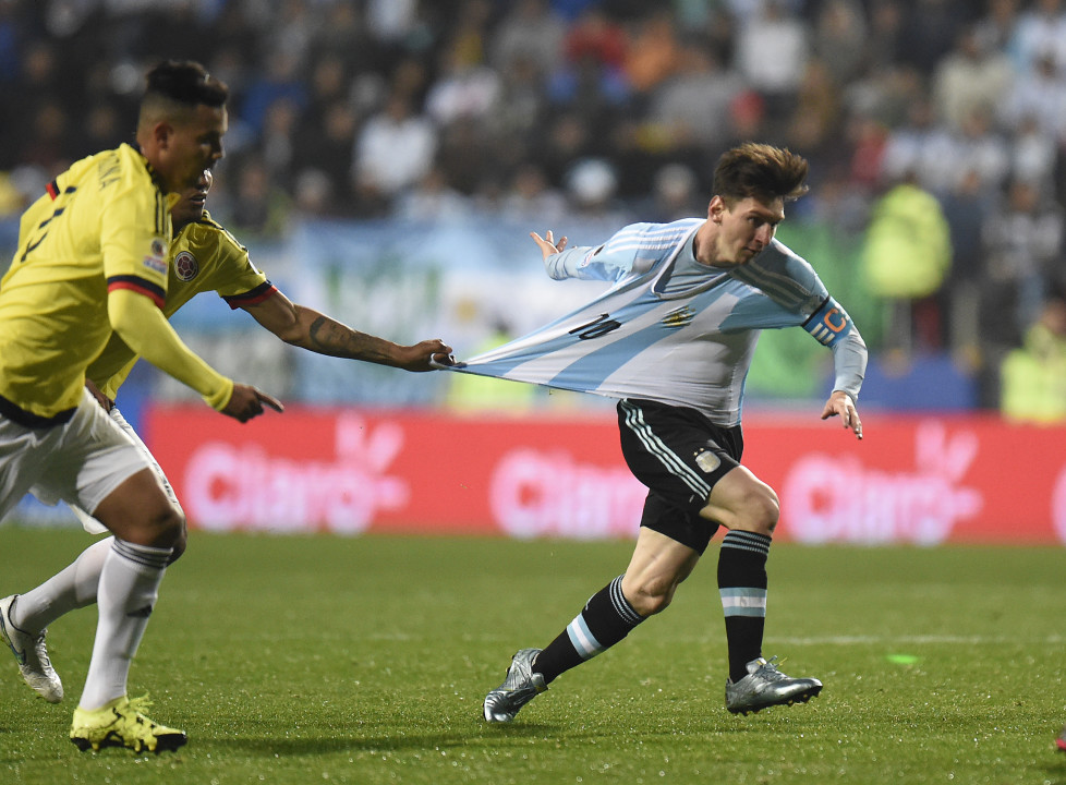 Argentina's forward Lionel Messi (R) is grabbed by Colombia's midfielder Alexander Mejia during their 2015 Copa America football championship quarter-final match, in Viña del Mar, Chile, on June 26, 2015. AFP PHOTO / JUAN BARRETO / AFP / JUAN BARRETO