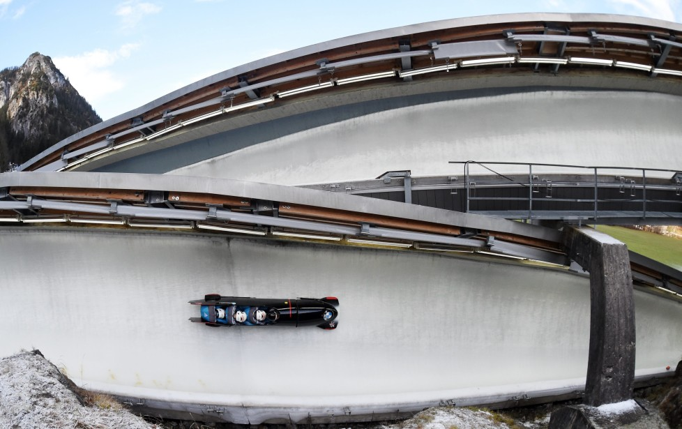 epaselect epa05067400 A four-man bob races down the artificial ice rink at the Bobsleigh World Cup in Koenigssee, Germany, 13 December 2015. EPA/TOBIASHASE