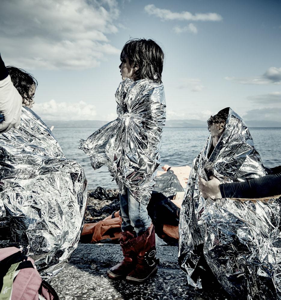 Gerade ist ein Boot von der Türkischen Küste komment an der Nordküste von Lesbos mit Flüchtlingen gelandet. Darunter viele Kinder. Sie wurden mit Rettungsdecken von frewilligen Helfern versorgt.