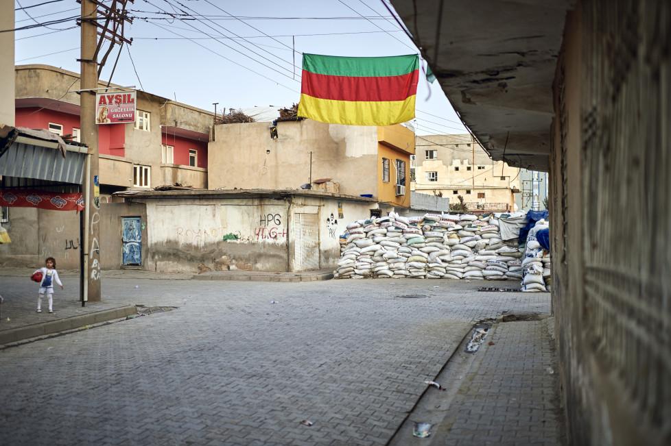 Feature Cizre - Waehrend der Ausgangssperre vom Sep. 2015, in Cizre gab es mehr als 20 Tote, vorwiegend Zivilisten. An manchen Orten wurde die (kurdische) Selbstverwaltung ausgerufen. © Manu Friederich