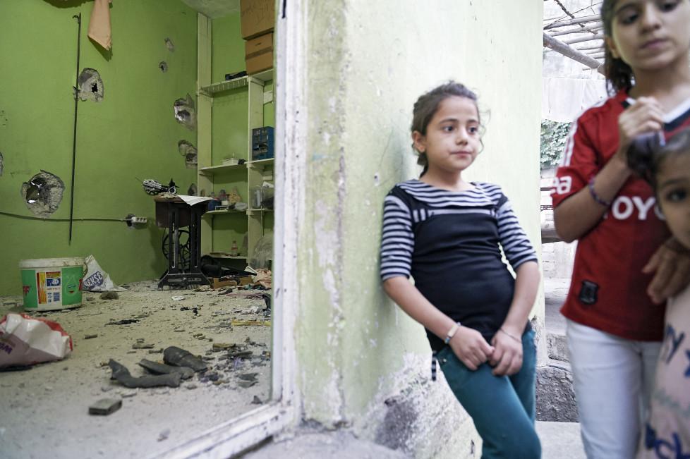 Feature Cizre - Waehrend der Ausgangssperre vom Sep. 2015, in Cizre gab es mehr als 20 Tote, vorwiegend Zivilisten. Auch das Ateilier von Bahar Arslan, 32 (Naeherin) wurde zerstoert. © Manu Friederich