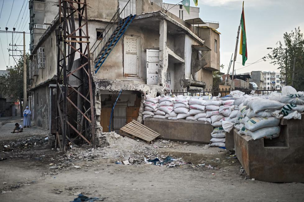 """Feature Cizre - Waehrend der Ausgangssperre vom Sep. 2015, in Cizre gab es mehr als 20 Tote, vorwiegend Zivilisten. An manchen Orten wie dem """"Nur-Viertel"""" wurde die (kurdische) Selbstverwaltung ausgerufen. © Manu Friederich"""