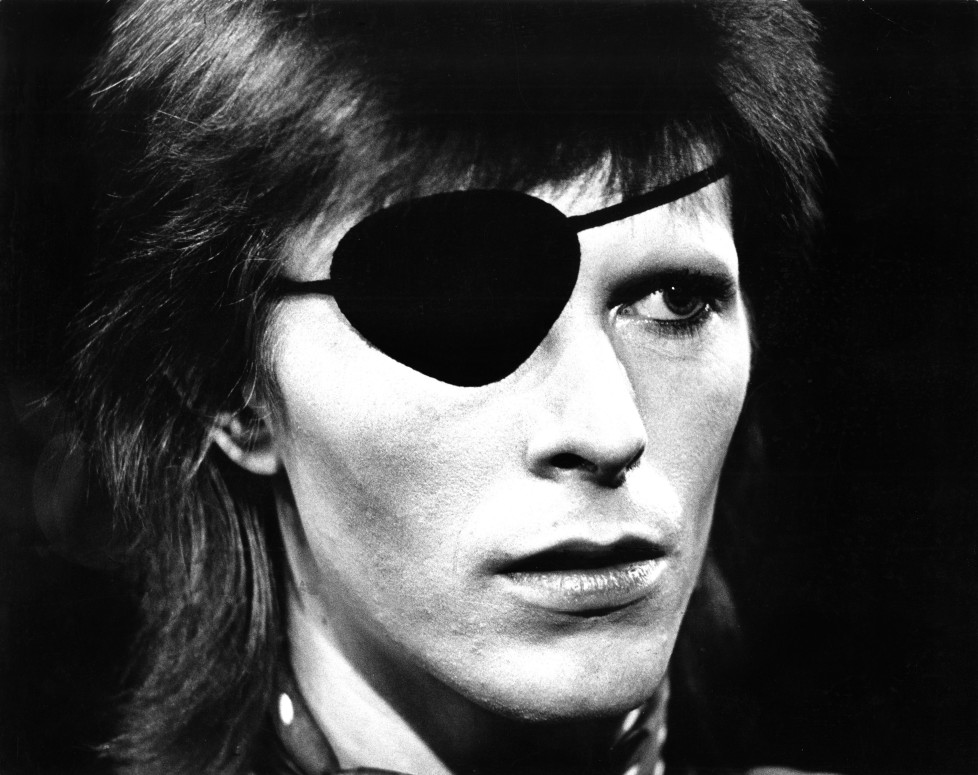 HILVERSUM, HOLLAND - FEBRUARY 13: David Bowie with eye patch performs Rebel Rebel in the Top Pop Studios, Hilversum, Holland on February 13 1974 (Photo by Gijsbert Hanekroot/Redferns)
