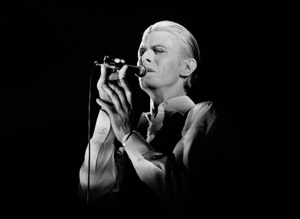 ROTTERDAM, HOLLAND - 13th MAY: David Bowie performs live at Ahoy, Rotterdam on May 13 1976 on the final leg of his 1976 Thin White Duke World Tour. (Photo by Gijsbert Hanekroot/Redferns)