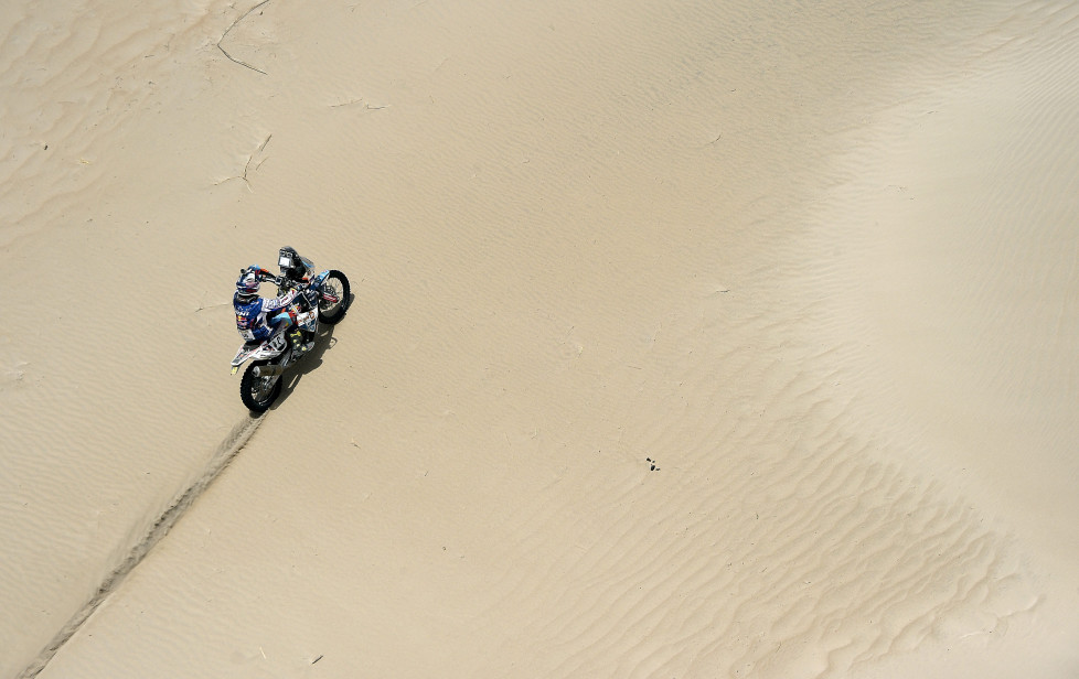 Dutch biker Van Den Gorbergh competes during the Stage 10 of the Dakar Rally 2016 between Belen and La Rioja, Argentina, on January 13, 2016. AFP PHOTO / FRANCK FIFE / AFP / FRANCK FIFE