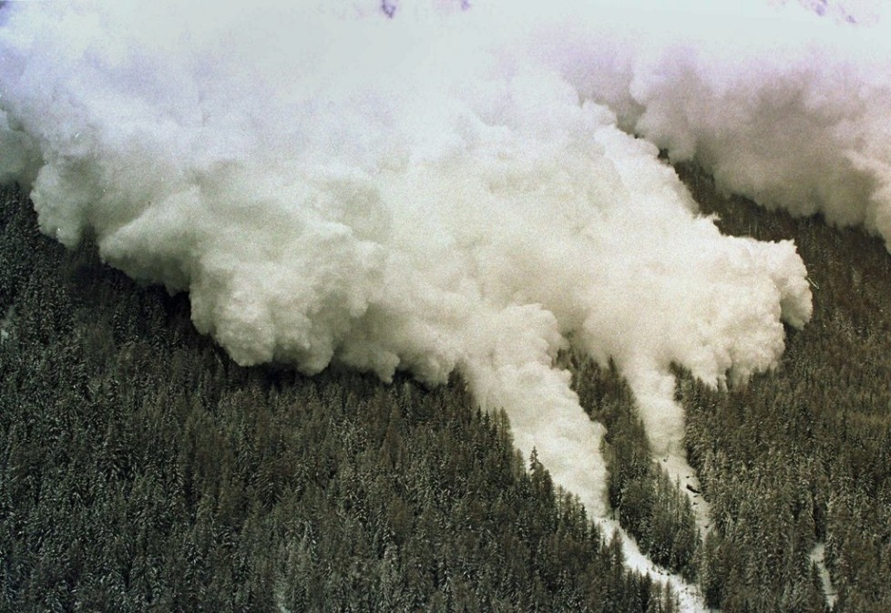 An avalanche going down at the other side of the ressort of Evolene, Swiss Alps, on February 22, 1999. The two first avalanches who go down at end of the ski ressort of Evolene, Two peoples are dead. Hight are still missing. (KEYSTONE/Fabrice Coffrini)