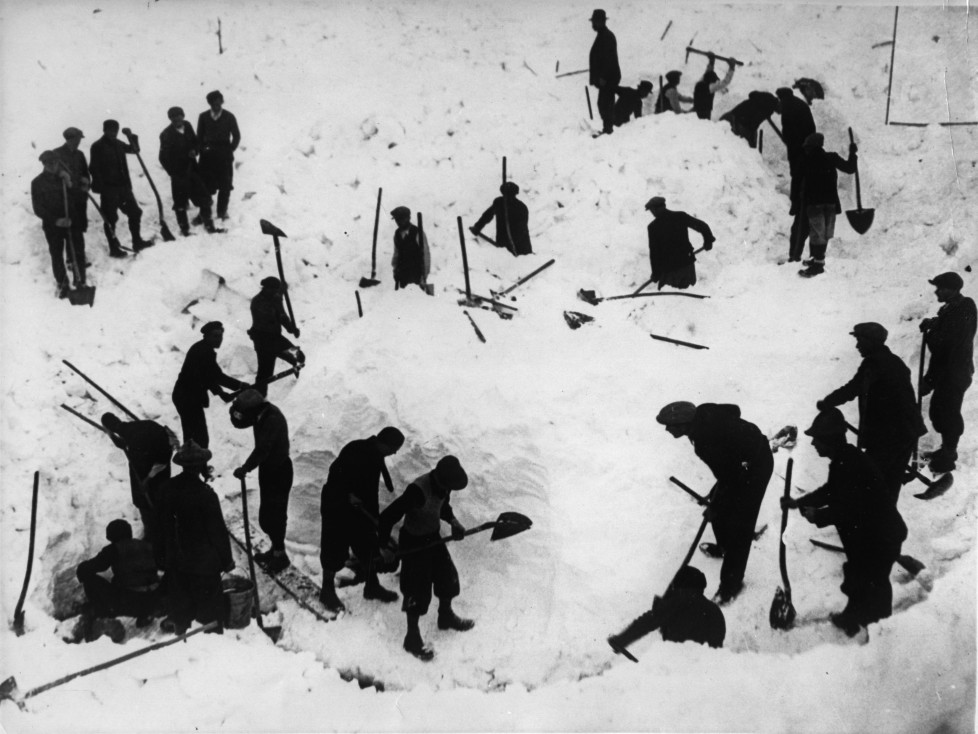 UNSPECIFIED - CIRCA 1937: Avalanche accident on the Campo Imperatore near Rome: the rescue team at the salvage work, Italy, Photograph, 17,2,1937 (Photo by Imagno/Getty Images) [Lawinenungl?ck auf dem Campo Imperatore bei Rom: die Rettungsmannschaft bei den Bergungsarbeiten, Italien, Photographie, 17,2,1937]