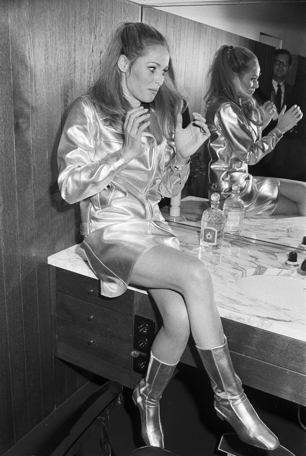 ZUM 80. GEBURTSTAG DER SCHWEIZER FILMSCHAUSPIELERIN URSULA ANDRESS AM SAMSTAG, 19. MAERZ 2016, STELLEN WIR IHNEN FOLGENDES BILDMATERIAL ZUR VERFUEGUNG - Die Filmschauspielerin Ursula Andress eroeffnet am 13. Oktober 1966 in Bern einen Herrensalon. Neben ihren beiden Schwestern, den beiden Kosmetikerinnen Charlotte und Gisela Andress, stehen auch noch drei Herrencoiffeure den Kunden zur Verfuegung. (KEYSTONE/PHOTOPRESS-ARCHIV/Str)