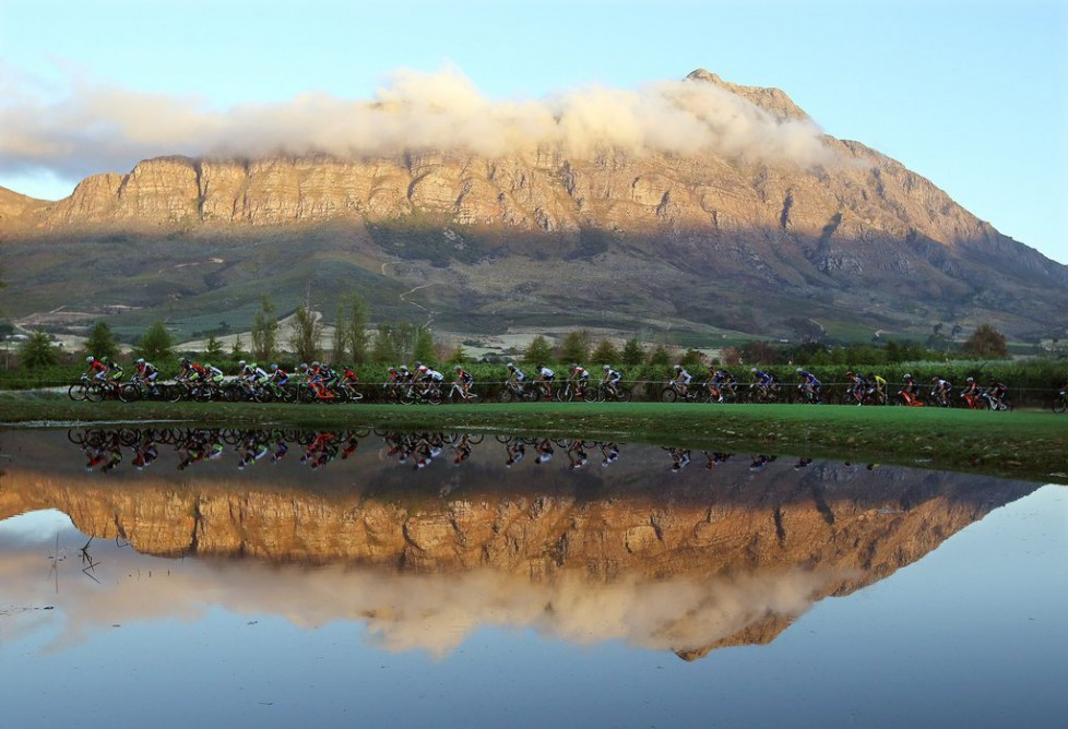 epa05214110 The peleton is on the way during the 103km Stage 3 of the 2016 ABSA Cape Epic mountain bike race near Wellington, South Africa, 16 March 2016. The ABSA Cape Epic is often described as the 'Tour de France' of mountain biking and will see 1,200 riders racing over 652km in eight stages and 15,100m of climbing. UCI professional racers ride alongside amateur riders during the eight day long race. EPA/KIM LUDBROOK