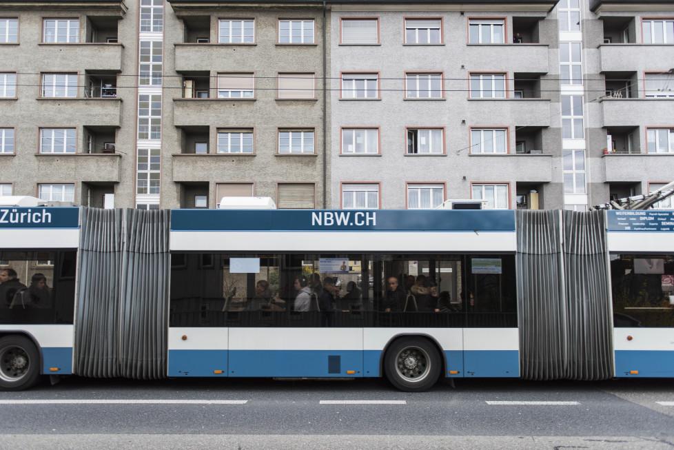 Buslinie 31, ***Bilder für Print*** Haltestelle Hardplatz/Herdernstrasse - Arme Leute (Tamedia AG/Thomas Egli, 29.3.2016)