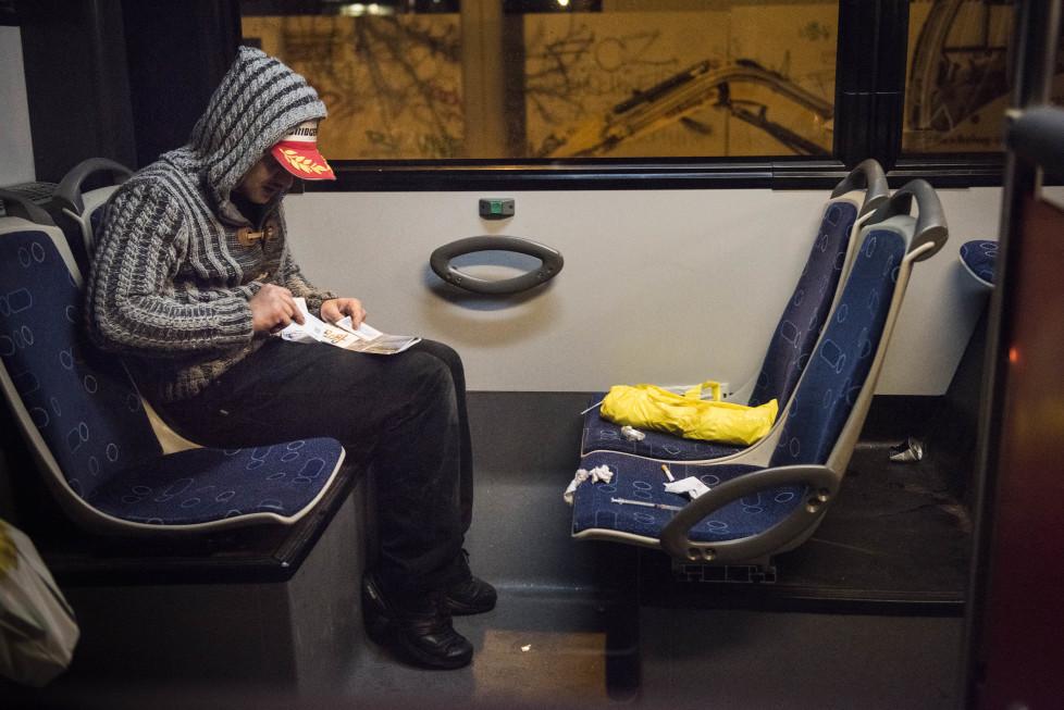 Buslinien 31 und 32 **Fotoblog** Bild 29 Linie 31, ein Junkie bereitet seine Spritze vor, irgendwo zwischen SBB-Werkstätte und Micafil. (Tamedia AG/Thomas Egli, 31.3.2016)