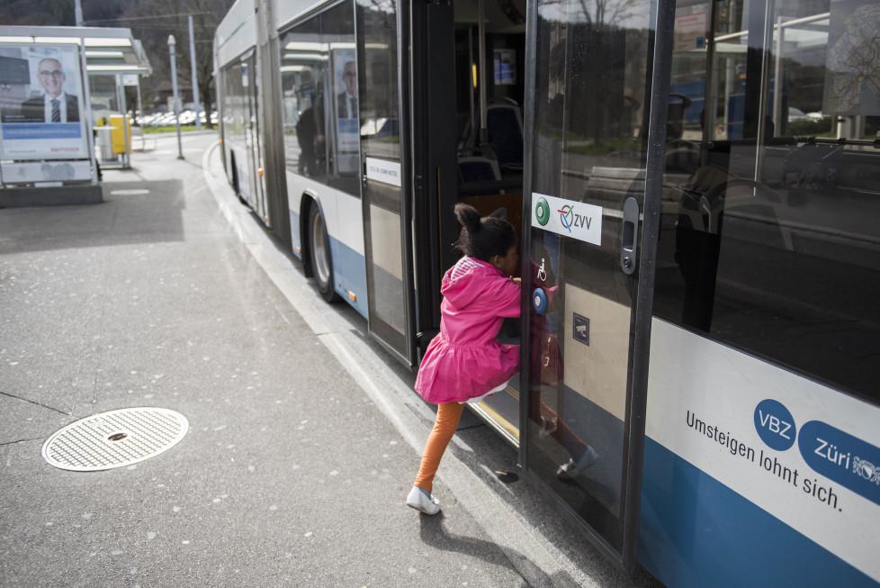 Buslinien 31 und 32 **Fotoblog** bild 15 Linie 32, Ein Kind steigt beim Strassenverkehrsamt in den Bus. (Tamedia AG/Thomas Egli, 31.3.2016)