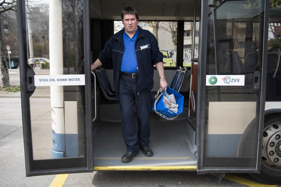 Buslinien 31 und 32 **Fotoblog** Bild 14 Linie 32, Emil Huber arbeitet beim VBZ Clean Team und reinigt den Bus an der Endhaltestelle Strassenverkehrsamt. (Tamedia AG/Thomas Egli, 31.3.2016)