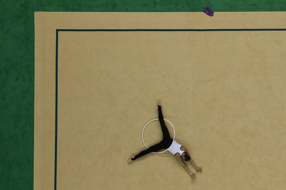 ZUM COUNTDOWN VON 100 TAGEN BIS ZUR EROEFFNUNGSZEREMONIE DER OLYMPISCHEN SOMMERSPIELE RIO 2016 AM MITTWOCH, 27. APRIL 2016, STELLEN WIR IHNEN FOLGENDES BILDMATERIAL ZUR VERFUEGUNG - A gymnast takes part in a training session for the Rhythmic Gymnastics test event at the Rio Olympic Arena in Rio de Janeiro, Brazil, Wednesday, April 20, 2016. (KEYSTONE/AP Photo/Felipe Dana)