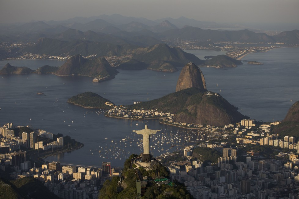 ZUM COUNTDOWN VON 100 TAGEN BIS ZUR EROEFFNUNGSZEREMONIE DER OLYMPISCHEN SOMMERSPIELE RIO 2016 AM MITTWOCH, 27. APRIL 2016, STELLEN WIR IHNEN FOLGENDES BILDMATERIAL ZUR VERFUEGUNG - The Sugar loaf and Guanabara bay are seen behind the Christ the Redeemer statue in Rio de Janeiro, Brazil, Sunday, June 8, 2014. The Word Cup soccer tournament is set to begin in just a few days, with the opening match on June 12 and Maracana stadium will host the World Cup Final match on 13 July. (KEYSTONE/AP Photo/Felipe Dana)