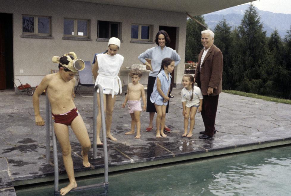 A Sixth Child For Oona And Charlie Chaplin. Suisse, juin 1957, Charlie CHAPLIN et son ?pouse Oona dans leur maison de Corsier-sur-Vevey, ? l'occasion de la naissance de leur sixi?me enfant, Jane. Au bord de la piscine, Micha?l (11 ans), G?raldine (13 ans), Eug?ne (3 ans et demi), Oona, Jos?phine (10 ans), Victoria (6 ans) et Charlie CHAPLIN. (Photo by Maurice Jarnoux/Paris Match via Getty Images)