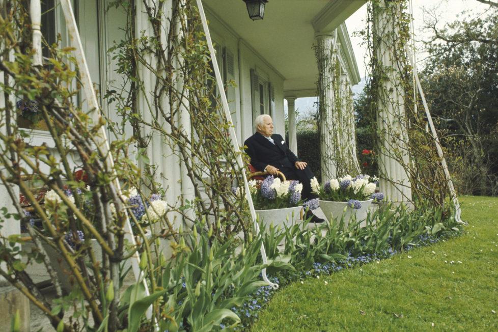 (Premium Pricing - DOUBLE RATES APPLY) Charlie Chaplin Celebrates His 80Th Birthday In Vevey. Charlie CHAPLIN chez lui, dans son manoir du Ban, ? Vevey (Suisse), qu'il habite depuis 1952. 22 pi?ces entour?es de 40 ha, avec pelouses ? l'anglaise et arbres plus que centenaires. Charlot f?te ses quatre-vingts ans.. (Photo by Francois Gragnon/Paris Match via Getty Images)