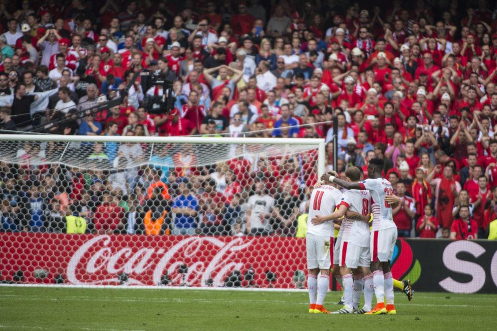 BILD: RETO OESCHGER, LENS, 11.06.2016 RESSORT: SPORT Stade Bollaert-Delelis EURO 2016 FRANCE ALBANIEN - SCHWEIZ 2. Halbzeit Spielschluss, jubelnde Schweizer