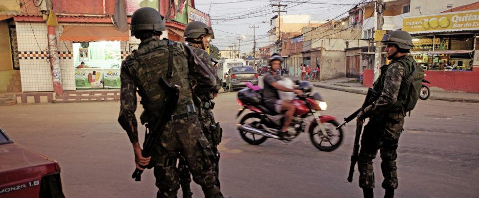 Armee Aufmarsch in der Favela La Maré, Rio de Janeiro, Juni 2015.