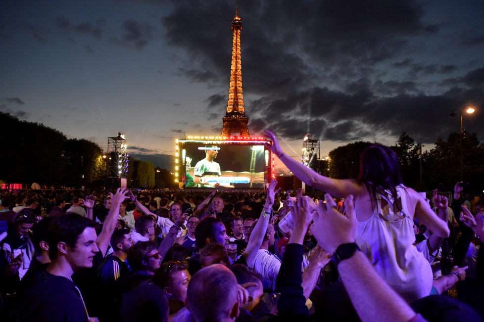 Belgium's supporters react as they watch on a giant screen the Euro 2016 round of 16 football match between Hungary and Belgium at the Champs-de-Mars fan zone in Paris on June 26, 2016. / AFP PHOTO / ALAIN JOCARD