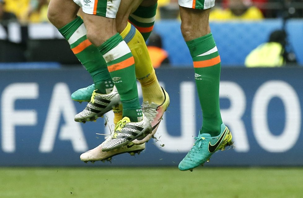 epa05362432 Players of Ireland and Sweden jump for a header during the UEFA EURO 2016 group E preliminary round match between Ireland and Sweden at Stade de France in Saint-Denis, France, 13 June 2016. (RESTRICTIONS APPLY: For editorial news reporting purposes only. Not used for commercial or marketing purposes without prior written approval of UEFA. Images must appear as still images and must not emulate match action video footage. Photographs published in online publications (whether via the Internet or otherwise) shall have an interval of at least 20 seconds between the posting.) EPA/ETIENNE LAURENT EDITORIAL USE ONLY