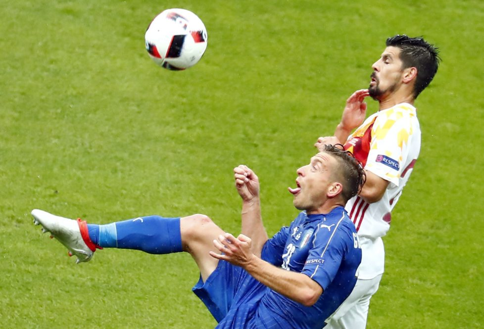 epa05394607 Emanuele Giaccherini (L) of Italy in action against Nolito (R) of Spain during the UEFA EURO 2016 round of 16 match between Italy and Spain at Stade de France in St. Denis, France, 27 June 2016. (RESTRICTIONS APPLY: For editorial news reporting purposes only. Not used for commercial or marketing purposes without prior written approval of UEFA. Images must appear as still images and must not emulate match action video footage. Photographs published in online publications (whether via the Internet or otherwise) shall have an interval of at least 20 seconds between the posting.) EPA/IAN LANGSDON EDITORIAL USE ONLY