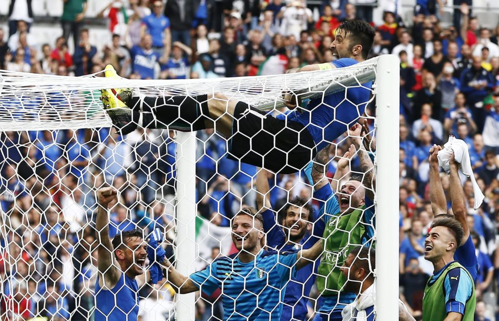 epa05395031 Goalkeeper Gianluigi Buffon of Italy hangs on the crossbar as he celebrates with teammates their victory in the UEFA EURO 2016 round of 16 match between Italy and Spain at Stade de France in St. Denis, France, 27 June 2016. (RESTRICTIONS APPLY: For editorial news reporting purposes only. Not used for commercial or marketing purposes without prior written approval of UEFA. Images must appear as still images and must not emulate match action video footage. Photographs published in online publications (whether via the Internet or otherwise) shall have an interval of at least 20 seconds between the posting.) EPA/ABEDIN TAHERKENAREH EDITORIAL USE ONLY
