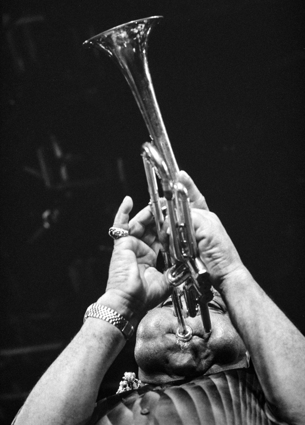 Der amerikanische Jazztrompeter Dizzy Gillespie (1917-1993 spielt auf seiner Spezialtrompete am Montreux Jazz Festival. Aufgenommen am 13. Juli 1987. (KEYSTONE/Jean-Guy Python)