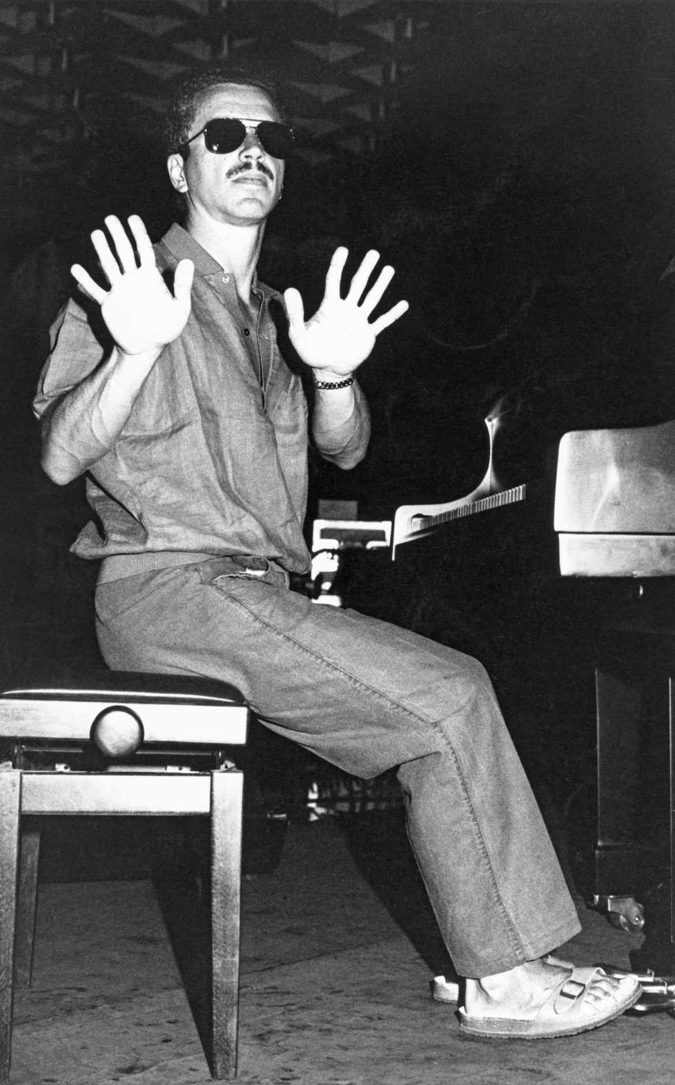 Keith Jarrett, pianist, pictured with a defensive gesture towards photographers, in July of 1985 before his performance at the Montreux Jazz Festival. (KEYSTONE/Dany Gignoux) Keith Jarrett, Pianist, mit einer abwehrenden Geste gegenueber Fotografen, die ihn fotoagrafieren wollen, aufgenommen im Juli 1985 vor seinem Auftritt am Montreux Jazz Festival. (KEYSTONE/Dany Gignoux)