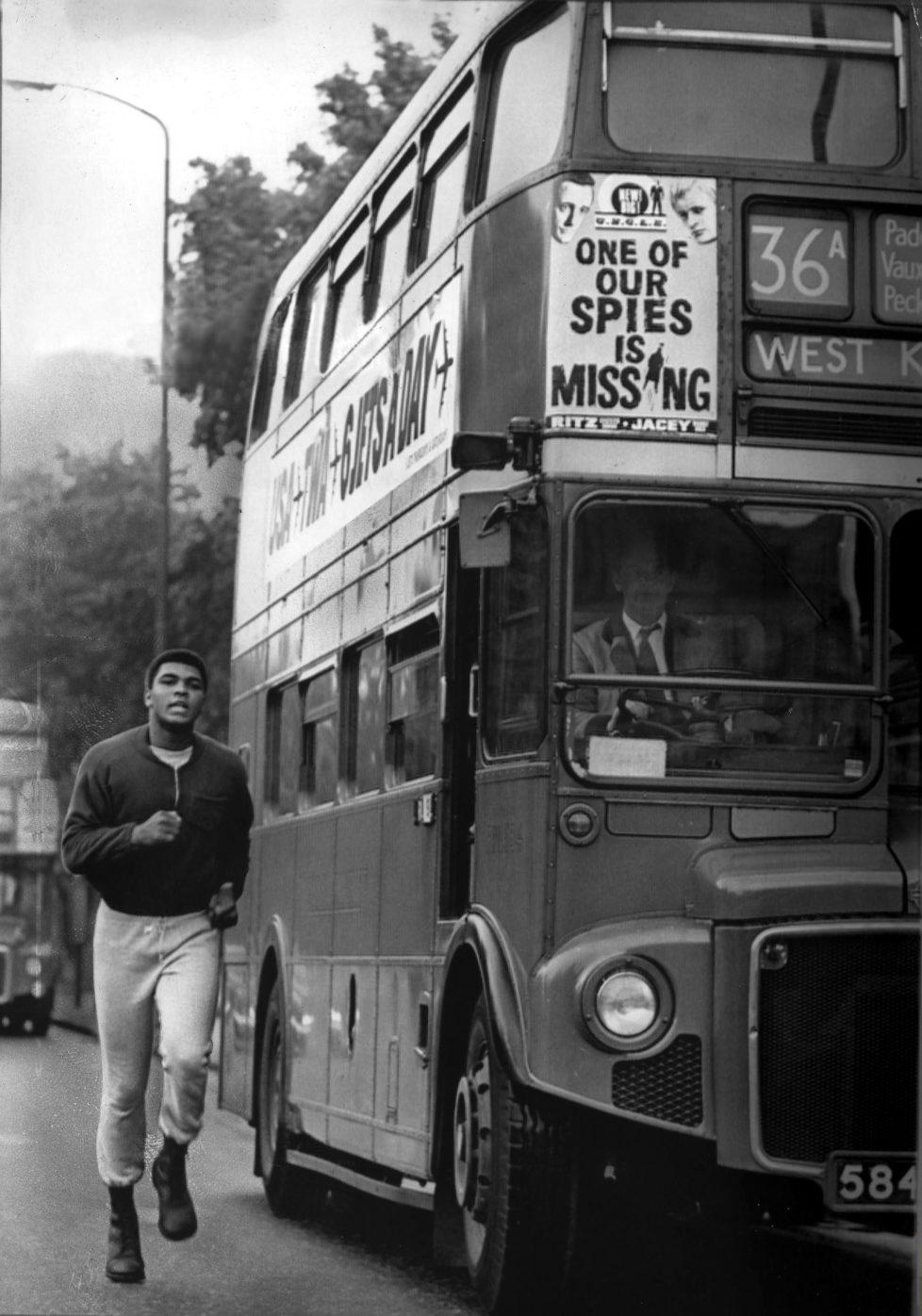 *17.01.1942- Sportler, Boxer, USA Trainingslauf in London, läuft neben einem Londoner Doppeldeckerbus - 1966