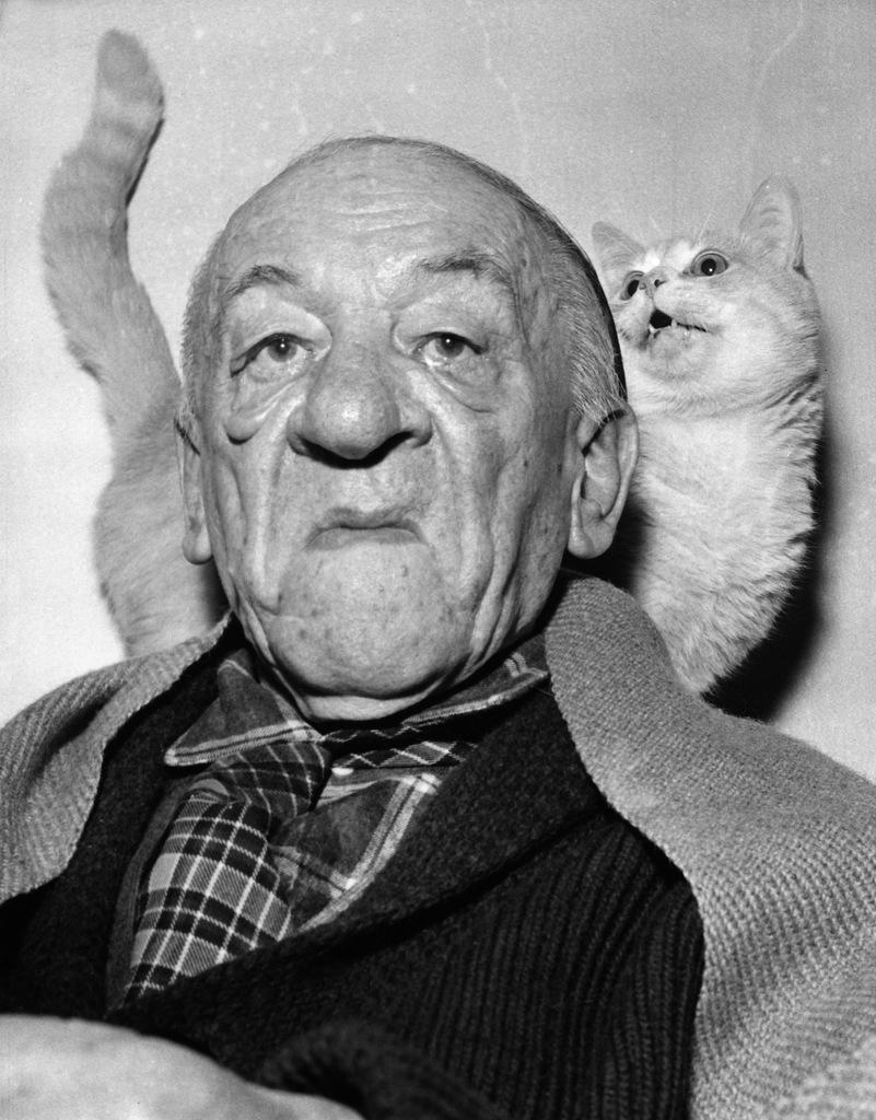Blaise Cendrars, Schriftsteller, mit seiner Katze, aufgenommen im Juli 1960 in Paris. (KEYSTONE/Str) *** Lieben mich meine Katzen *** Lieber Jost, In der Beilage schicke ich dir die Bilder, die nicht © sind, immerhin schon mal sechs Bilder. Zudem solltest du unter Eingabe des Wortes AUSWAHLKATZENFORSCHWARZERMONTAG rund 78 Bilder finden, die © sind. Daraus kannst du so viele auswählen wie du willst, Einzelpreis ist CHF 40.-. Lass mich wissen, welche Bilder du willst, dann schicke ich dir die gewünschten Bilder zu (keine Downloadkosten). Einziger Vorbehalt wäre, dass jedes einzelne Bild mit einem vollständigen Urheberrechtsnachweis sein muss, meinst du das geht?` Lass mich wissen, was ich tun soll. Würde mich freuen wenn's klappt. Danke & Gruss, Jann