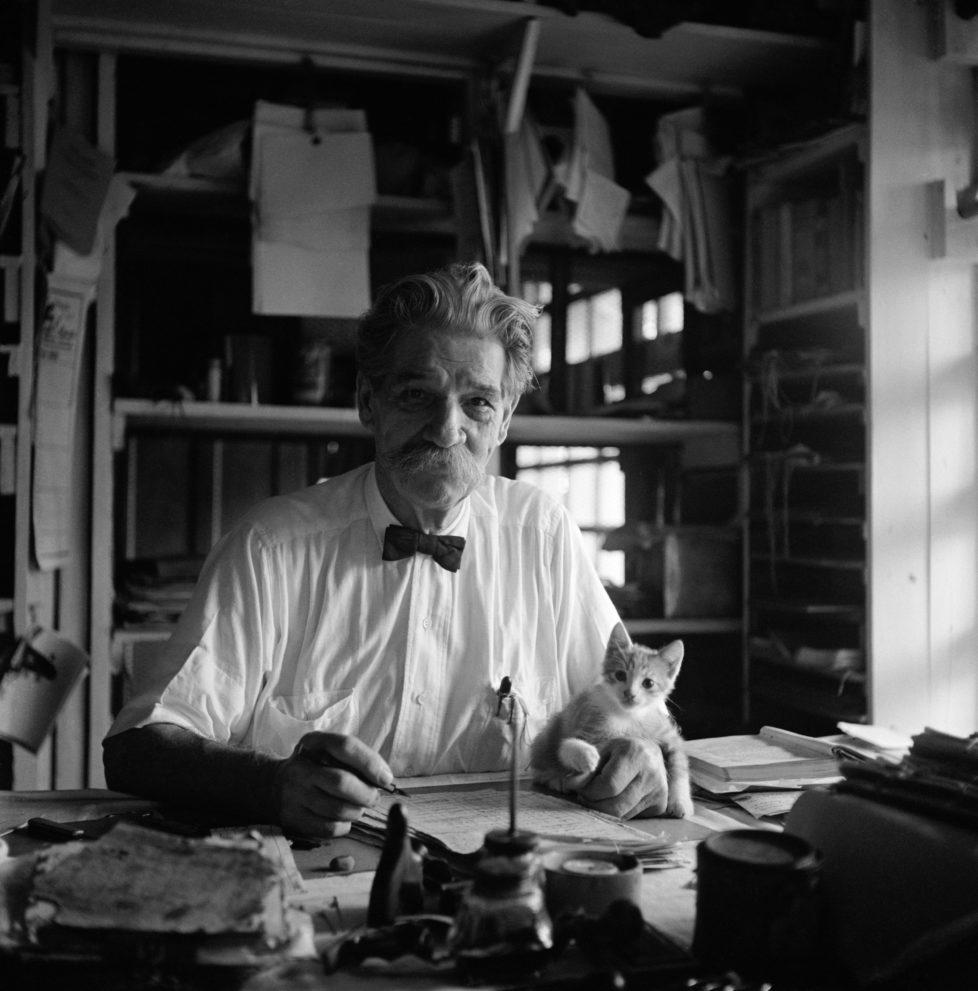 """FRENCH GABON. Lambarene. Albert SCHWEITZER. At his writing desk in the small two room house. His kitten """"Pierrette"""" sits on his manuscript. 1951. (KEYSTONE/MAGNUM PHOTOS/George Rodger) IM BILD / BILDSEITE LIEBEN MICH MEINE KATZEN BUND 23.7. TAGI 26.7."""