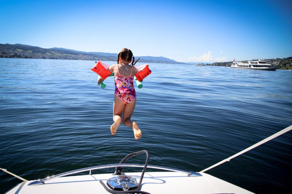 Fotowettbewerb KW 30 - Hitze Bei Hitze braucht man Abkühlung, und Flügeli sind zum Fliegen da… Milena (9) auf dem Sprung in den Zürichsee