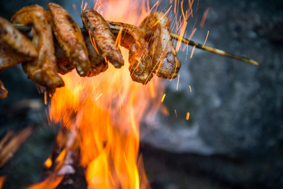 Fotowettbewerb KW 30 - Hitze Nach der Hitze eines langen Wandertages auf die Blüemlisalp, grilliert die Hitze des Feuers und der Glut unsere Pouletflügeli schön knusprig.