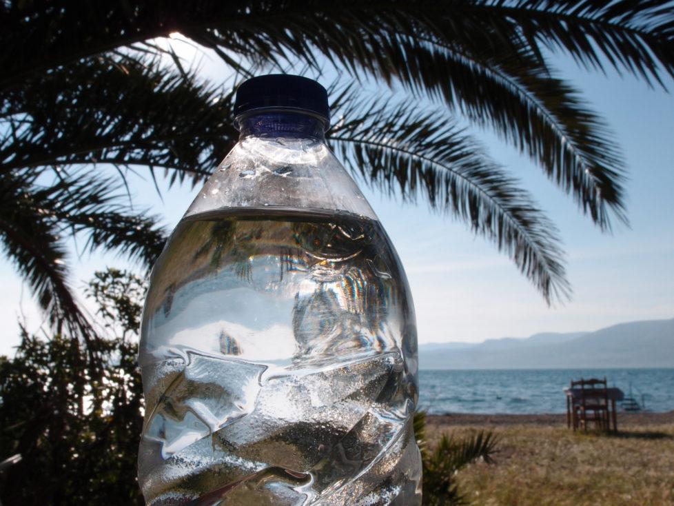 Fotowettbewerb KW 30 - Hitze Was gibt es Schöneres bei Hitze? Wasser trinken im Schatten und dazwischen eine Abkühlung im Wasser! Das Bild habe ich 2015 in Lesbos in Skala Polichnitou aufgenommen.