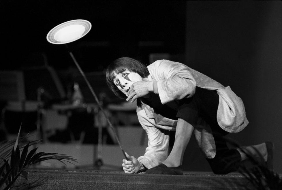 Clown Dimitri im Balancier-Akt mit Stange und Porzellanteller am Gala-Abend im Kongresshaus Lugano, Schweiz, aufgenommen am 27. Mai 1976. (KEYSTONE/Str)