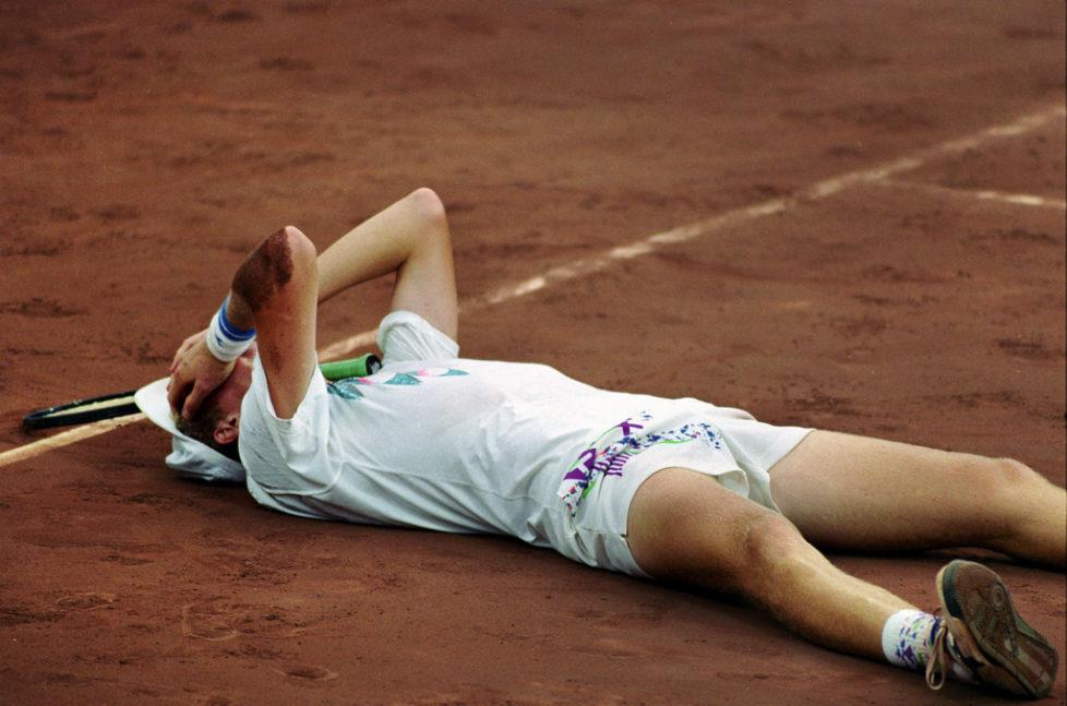Nach seinem Final-Sieg liegt der Schweizer Tennisspieler Marc Rosset im August 1992 am Boden und kann es kaum glauben: Marc Rosset gewinnt die Goldmedaille an den Olympischen Sommerspielen in Barcelona. Er hat sie sich ueber fuenf Saetze (7:6, 6:4, 3:6, 4:6, 8:6) gegen Jordi Arese hart erkaempft. Es ist dies die einzige Medaille an den Olympischen Spielen 1992 fuer die Schweiz. (KEYSTONE/Str)
