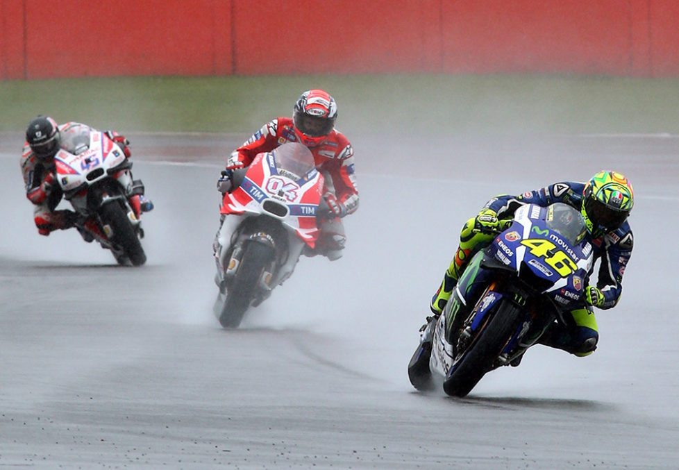 epa05522177 Italian rider Valentino Rossi (R) of Movistar Yamaha MotoGP Team in action during the MotoGP qualifying of the 2016 British Motorcycling Grand Prix at the Silverstone race track, Northampton, Britain, 03 September 2016. EPA/TIM KEETON