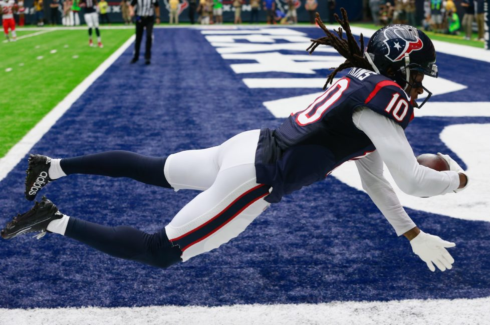 HOUSTON, TX - SEPTEMBER 18: DeAndre Hopkins #10 of the Houston Texans catches a 27 yard pass in the first quarter against the Kansas City Chiefs at NRG Stadium on September 18, 2016 in Houston, Texas. (Photo by Bob Levey/Getty Images) *** BESTPIX ***