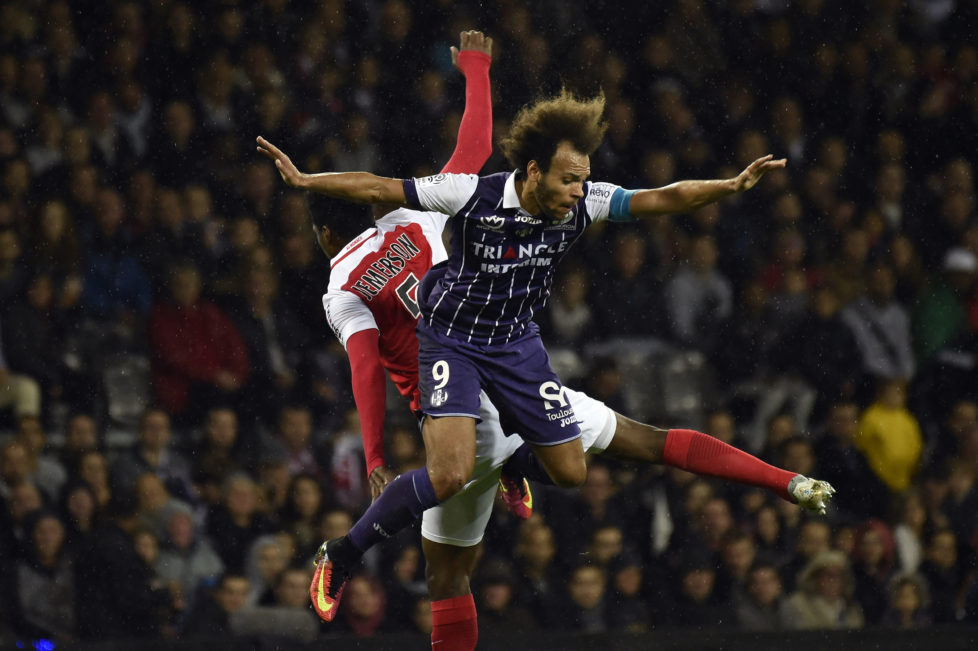 Toulouse's Danish forward Martin Braithwaite (R) vies with Monaco's Brazilian defender Jemerson (L) during the French L1 football match Toulouse against Monaco on October 14, 2016 at the Municipal Stadium in Toulouse. / AFP PHOTO / PASCAL PAVANI
