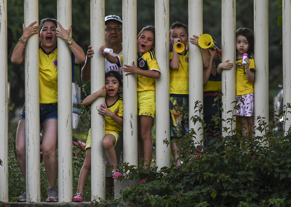 Supporters of the Colombian national football team cheer as they watch a training session at the University Autonoma in Barranquilla, Colombia, on November 8, 2016 ahead of their 2018 World Cup qualifier match against Chile. / AFP PHOTO / Luis ACOSTA