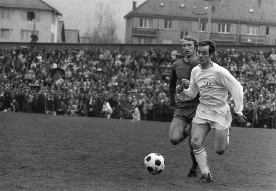 Koebi Kuhn, FCZ, (rechts) im Laufduell mit Karl Odermatt, FCB, aufgenommen im April 1970, Ort unbekannt. Die beiden besten Mittelfeldspieler der Schweiz und ihre beiden Teams FC Zuerich und FC Basel dominierten in den siebziger Jahren die Schweizer Fussballmeisterschaft. (KEYSTONE/Str) ===  === === BW ONLY SAT ===